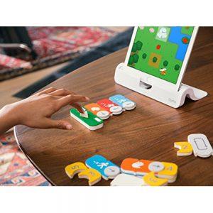 Osmo Coding Awbie. juego tecnológico que permite que niños aprendan codificación de manera entretenida, usando piezas magnéticas en el mundo de Awbie.